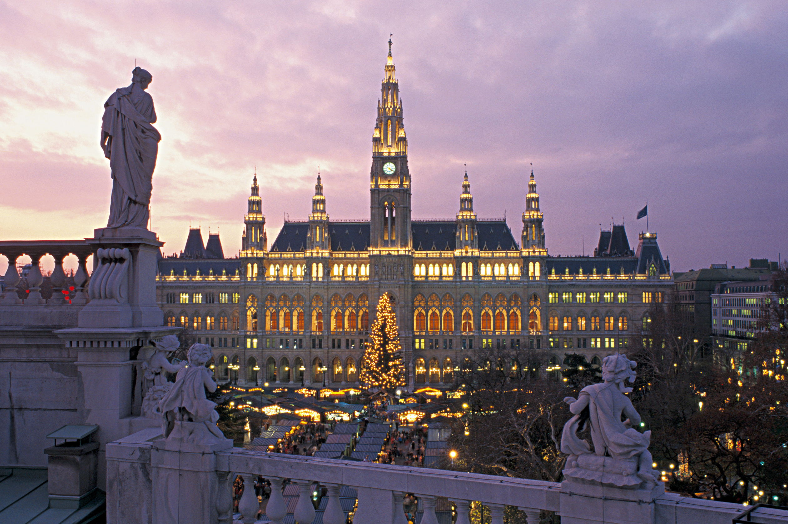 Wien, Ringstrasse, Rathaus, Adventzauber - Travelogged.com