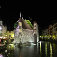 The famous Palais de l'Isle in Annecy, France. Love how it looks all lit up! #night #light