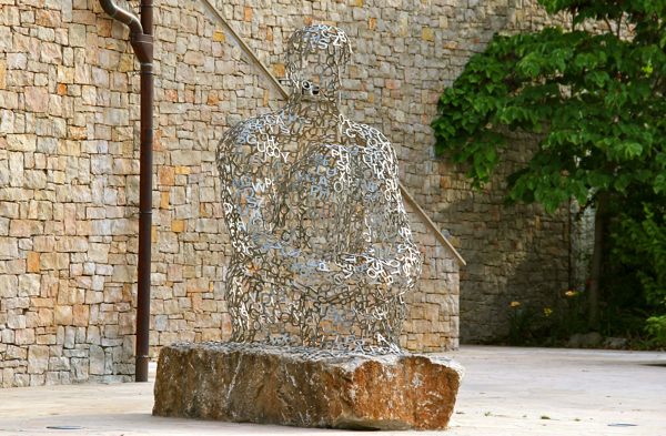 A huge version of Jaume Plensa's Nomade sits in Port Vauban in Antibes... Check out this smaller version at Terre Blanche in #Provence! #modernart #sculpture #France